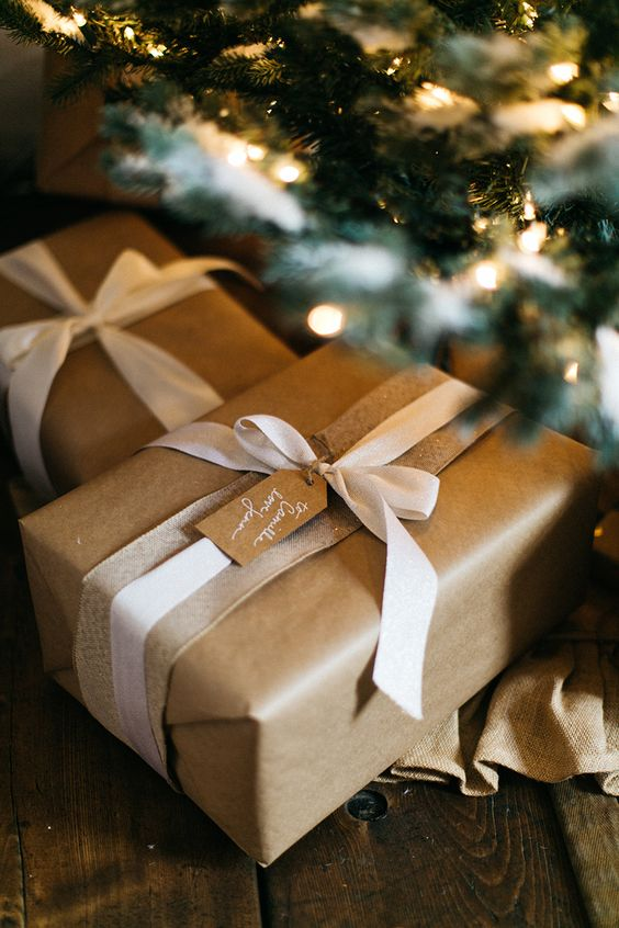 Boho Christmas Wrapping Ideas- Kraft paper gift wrapping ideas to bring your gifts to life.