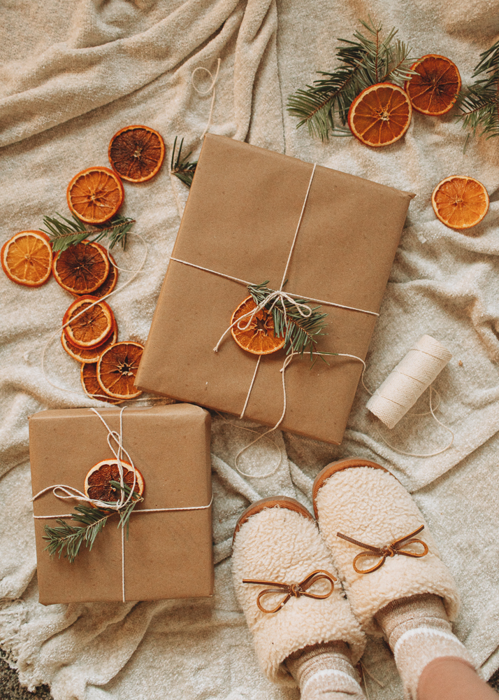 Kraft paper gift wrapping that's simple and waste free! Add natural pieces like dried orange slices and pine clippings.